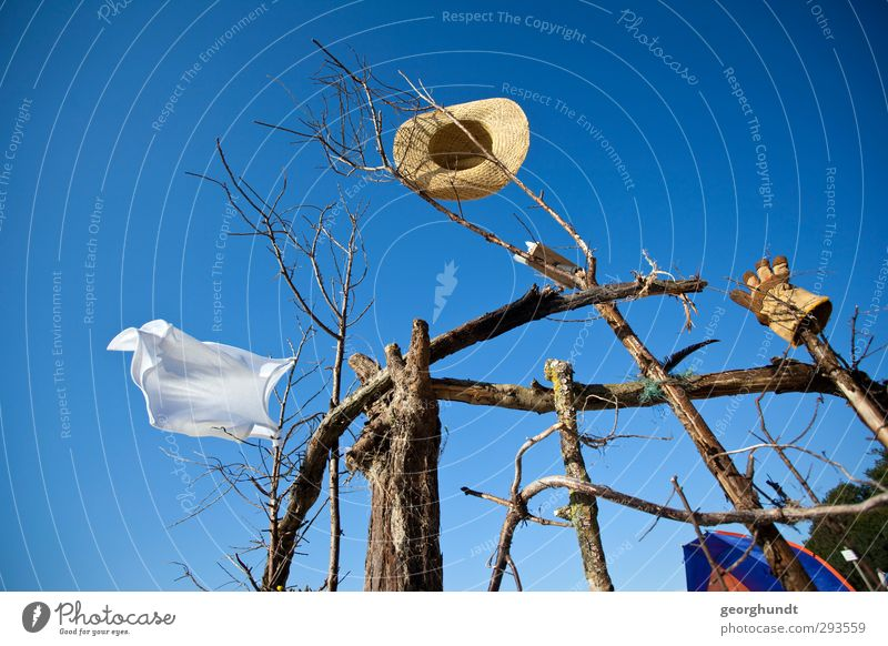 Spielwind Ferien & Urlaub & Reisen Tourismus Sommer Sommerurlaub Sonne Sonnenbad Strand Meer Insel Hemd Handschuhe Hut Holz festhalten hängen trocken blau braun