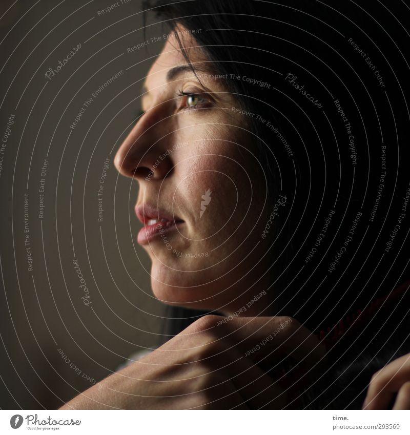 C. feminin Kopf Gesicht Hand Finger 1 Mensch 18-30 Jahre Jugendliche Erwachsene Haare & Frisuren schwarzhaarig beobachten festhalten Blick dunkel schön