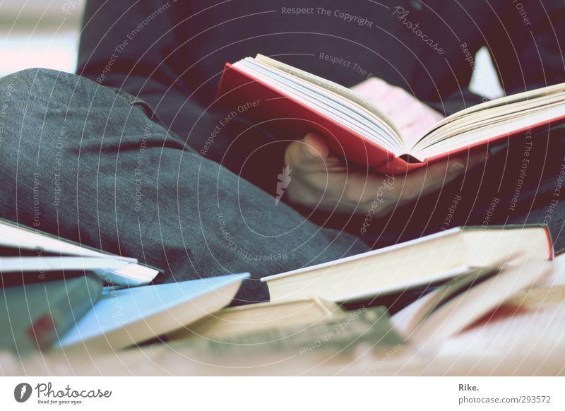 Lesezeit. Mensch ruhig Erholung Erwachsene Schule Freizeit & Hobby Erfolg Buch Lifestyle lernen Studium Papier lesen Bildung Kultur Jeanshose