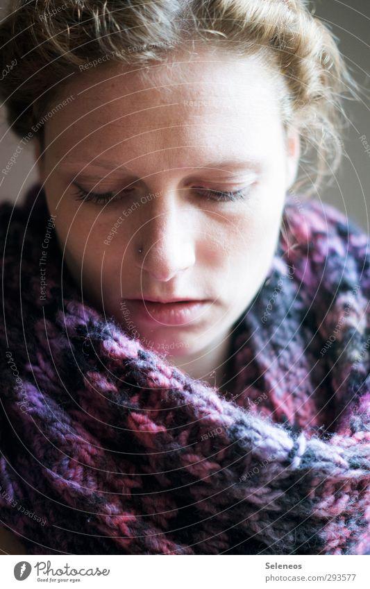 doofe Grippewelle Mensch feminin Frau Erwachsene Gesicht 1 Accessoire Schal Haare & Frisuren Krankheit Wärme Gefühle Gesundheit gestrickt Erkältung Farbfoto