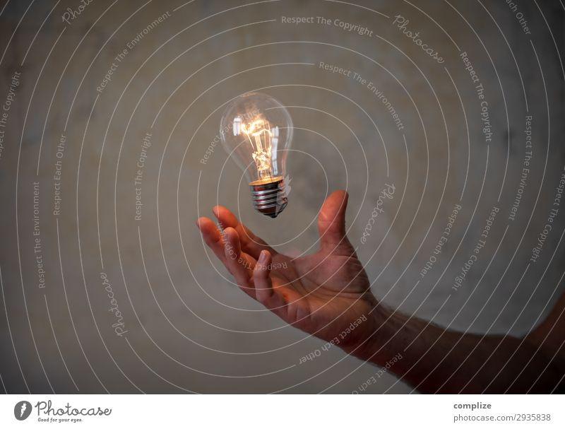 Brainstorming & Innovatation | Glühbirne in der Hand Lifestyle Innenarchitektur Beleuchtung Feste & Feiern Business Lampe Arbeit & Erwerbstätigkeit Büro Wohnung