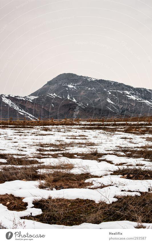 Letzter Schnee im Kaukasus Natur weiß Einsamkeit Landschaft Winter ruhig Umwelt Ferne dunkel Berge u. Gebirge kalt Gras Traurigkeit braun Horizont