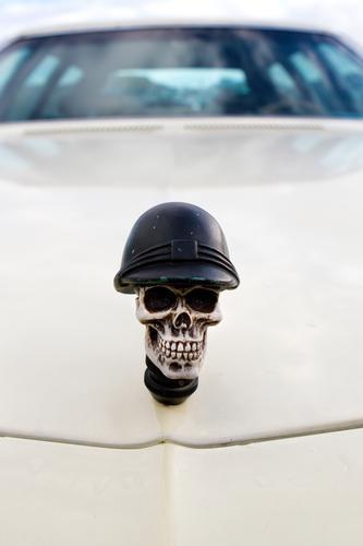 Der Tod fährt mit PKW Geschwindigkeit bedrohlich Symbole & Metaphern Risiko Eile Mobilität Politik & Staat Aggression Klimawandel Unfall Umweltverschmutzung