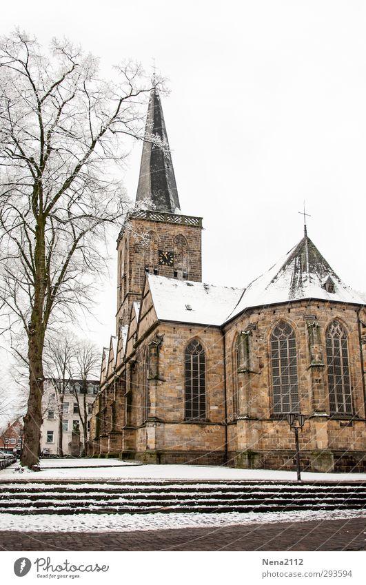 Sonntags Ausflugziel Dorf Kirche Architektur kalt Kirchturm Kirchturmspitze Baum Treppe weiß Winter Farbfoto Außenaufnahme Menschenleer Textfreiraum oben