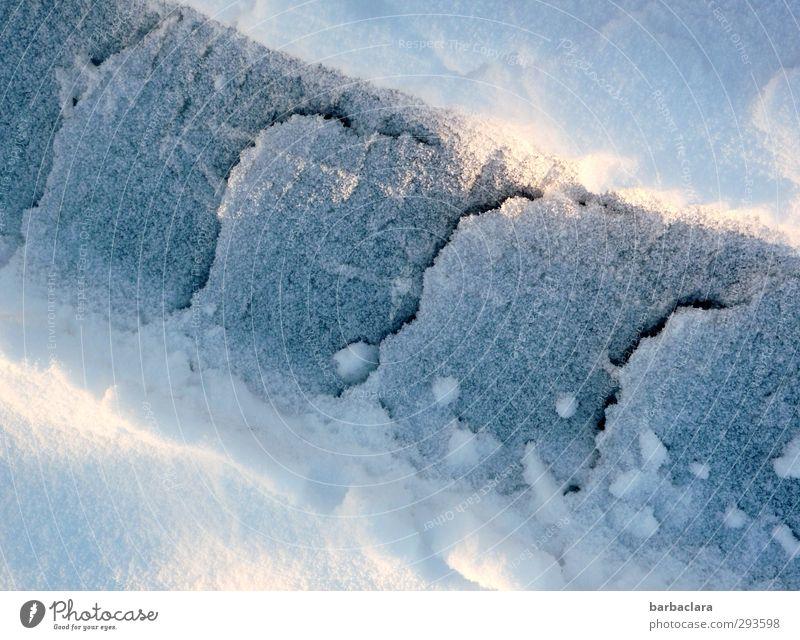 Schneeraupe Natur blau weiß Sonne Winter Umwelt kalt Schnee Wege & Pfade hell Linie liegen leuchten ästhetisch Urelemente Wandel & Veränderung