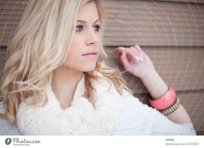 korall feminin Junge Frau Jugendliche 1 Mensch 18-30 Jahre Erwachsene blond schön Farbfoto Außenaufnahme Tag Schwache Tiefenschärfe Porträt Blick nach vorn