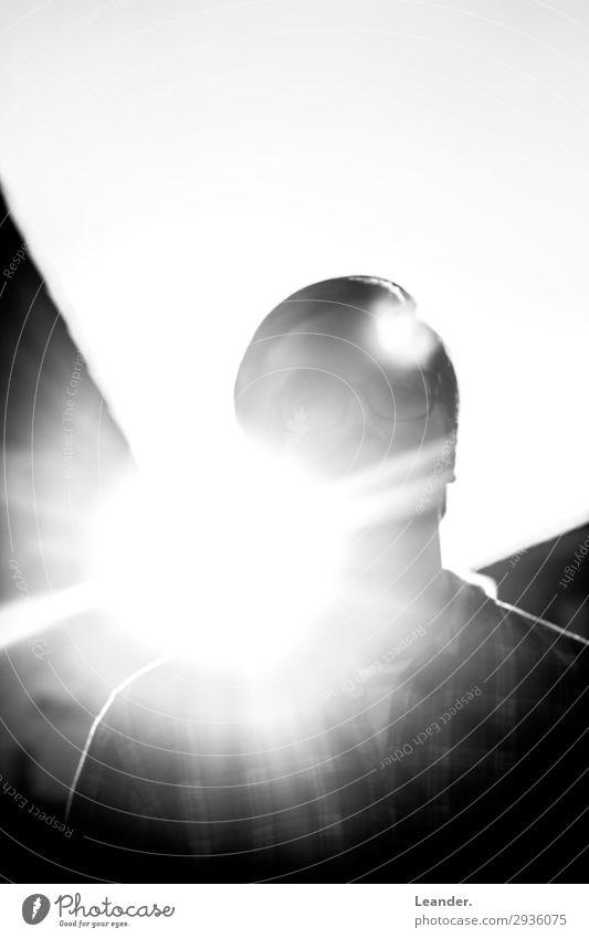 Zensur Mensch maskulin 1 18-30 Jahre Jugendliche Erwachsene stehen hell schwarz weiß Sonnenlicht Silhouette anonym Blick Blendenfleck blenden Schwarzweißfoto