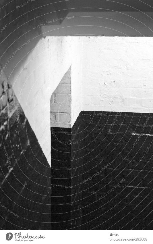 downstairs Stadt weiß schwarz Innenarchitektur grau glänzend Ordnung Perspektive Schutz Neugier historisch gruselig Platzangst unten entdecken Kontrolle