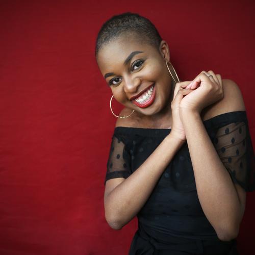 Arabella feminin Frau Erwachsene 1 Mensch Kleid Stoff Ohrringe schwarzhaarig kurzhaarig festhalten lachen Blick stehen Freundlichkeit Fröhlichkeit schön Gefühle