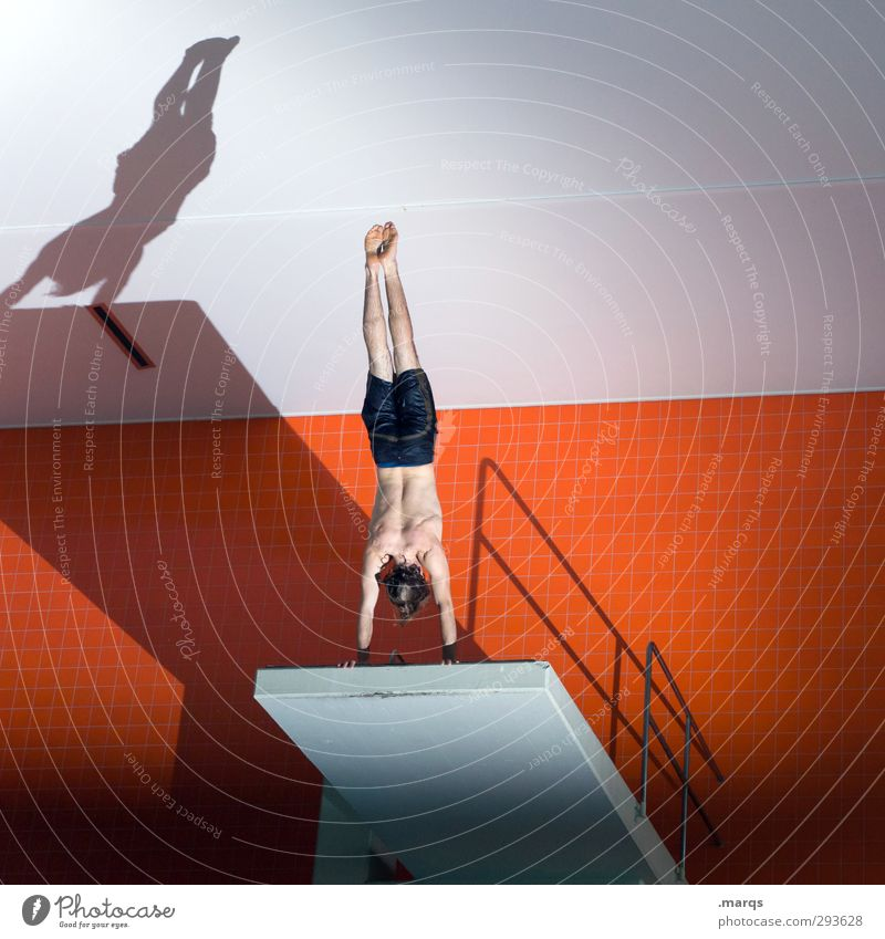 Am Abgrund Mensch Jugendliche Farbe Freude Junger Mann Sport Stil orange maskulin Lifestyle Perspektive Coolness Fitness Körperhaltung Schwimmbad fallen