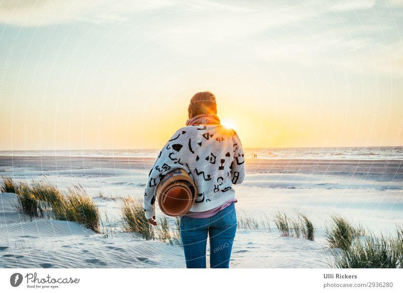 Vom Strand zum Meer II Frau Mensch Ferien & Urlaub & Reisen Natur Jugendliche Sommer Pflanze Landschaft Sonne Erholung Ferne 18-30 Jahre Erwachsene Umwelt
