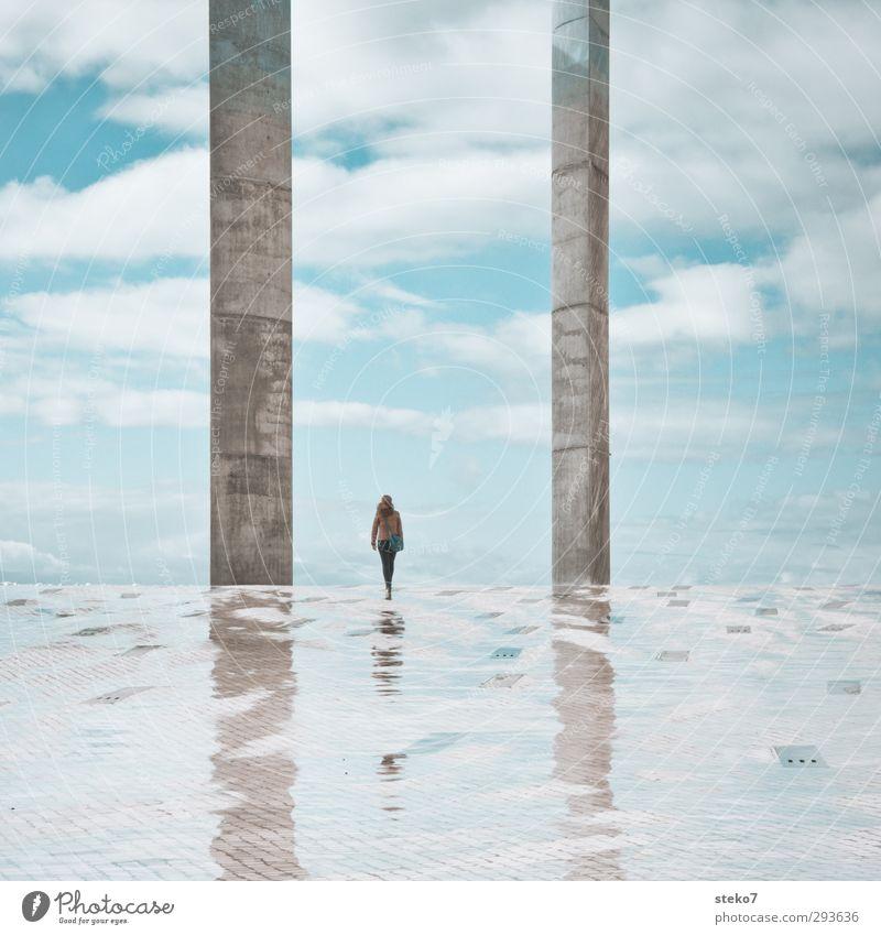 IiI Junge Frau Jugendliche 1 Mensch 18-30 Jahre Erwachsene Himmel Wolken Frühling Regen Bauwerk Architektur Terrasse elegant groß klein Stadt blau weiß Design