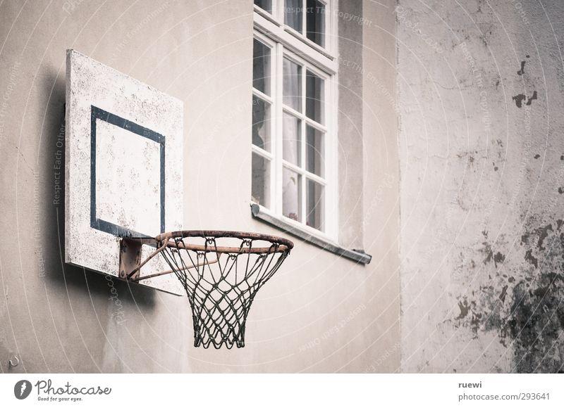 Backyard basketball alt Stadt weiß schwarz Fenster Wand Sport Spielen Holz Mauer Gesundheit Metall braun Fassade dreckig Freizeit & Hobby