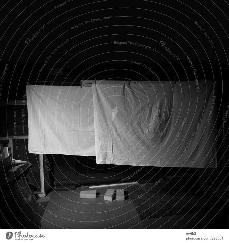 Große Wäsche Innenarchitektur Raum Dachboden hängen warten dunkel geduldig ruhig Bettlaken trocknen Falte Wäscheleine Wäscheklammern Backstein geheimnisvoll