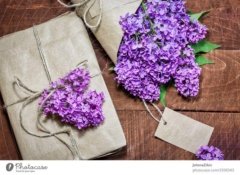 Geschenk und Strauß von Flieder auf einem Holztisch schön Sommer Dekoration & Verzierung Schreibtisch Tisch Feste & Feiern Muttertag Ostern Hochzeit Geburtstag