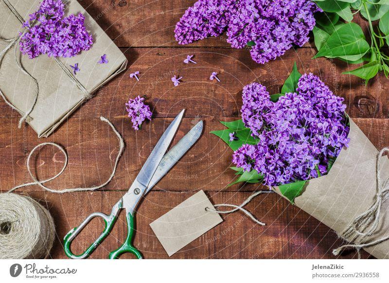 Geschenk und Strauß von Flieder auf einem Holztisch schön Dekoration & Verzierung Tisch Feste & Feiern Valentinstag Muttertag Ostern Hochzeit Geburtstag