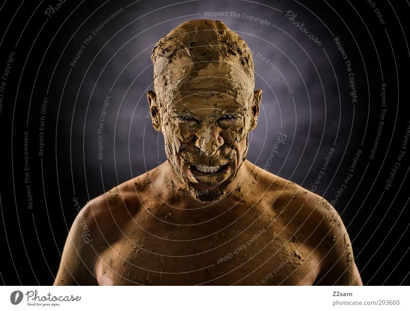 ZORN Jugendliche Erwachsene Ferne dunkel Junger Mann Sand maskulin Kraft dreckig Erde bedrohlich Vergänglichkeit sportlich stark Maske Wut