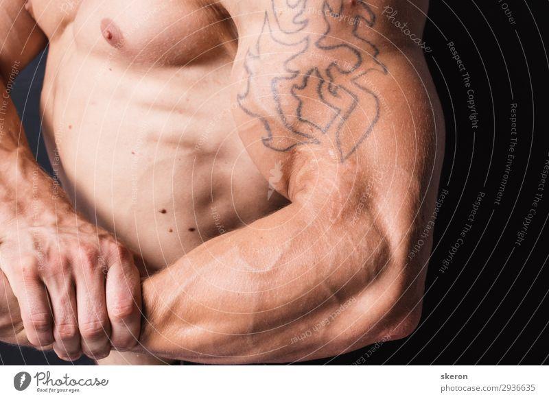 muskulöser Bodybuilder mit einer Tätowierung auf dem Arm. Lifestyle Freizeit & Hobby Sport Fitness Sport-Training Sportler Erfolg Kindererziehung Bildung