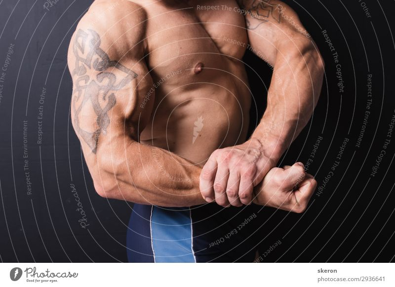 Hand einen mächtigen Bodybuilder mit einer Tätowierung. Lifestyle Gesundheit Freizeit & Hobby Nachtleben Entertainment Party Veranstaltung Sport Fitness