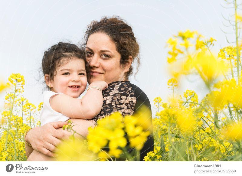 Glückliche Mutter umarmte ihr süßes kleines Mädchen auf dem Rapsfeld. Lifestyle Freude schön Wellness Wohlgefühl Freizeit & Hobby Abenteuer Freiheit Sommer