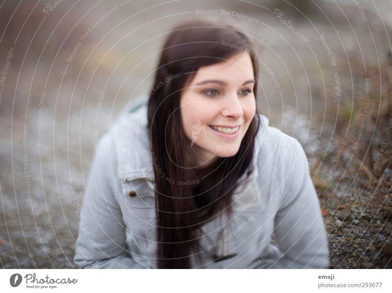 optimism feminin Junge Frau Jugendliche 1 Mensch 18-30 Jahre Erwachsene brünett langhaarig schön Lächeln Farbfoto Gedeckte Farben Außenaufnahme Tag