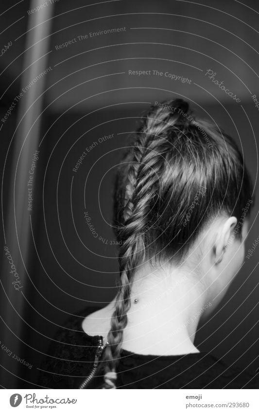 Fischgrätenzopf feminin Junge Frau Jugendliche Haare & Frisuren 1 Mensch 18-30 Jahre Erwachsene langhaarig Zopf trendy schön Schwarzweißfoto Innenaufnahme Abend