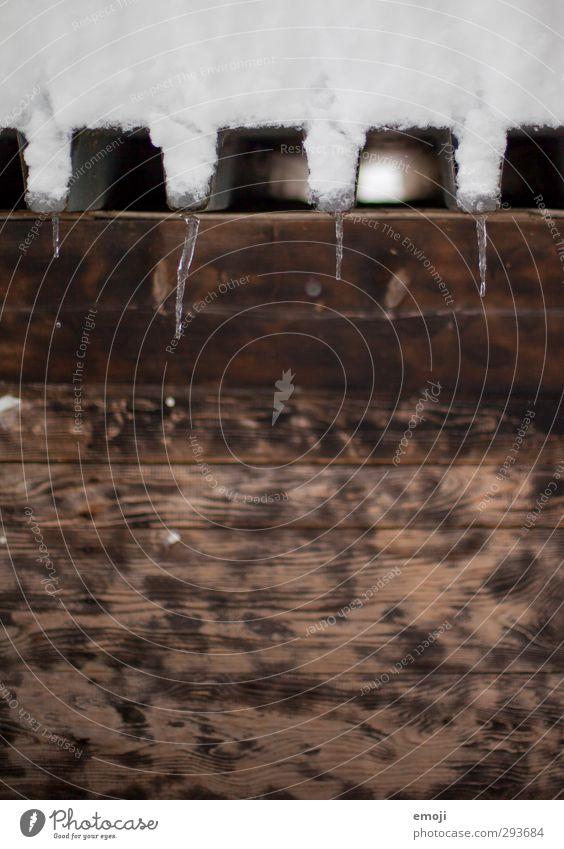\_/¯\_/¯\_/ Umwelt Natur Winter Klima schlechtes Wetter Eis Frost Schnee kalt braun Holz Eiszapfen Farbfoto Außenaufnahme Detailaufnahme Menschenleer