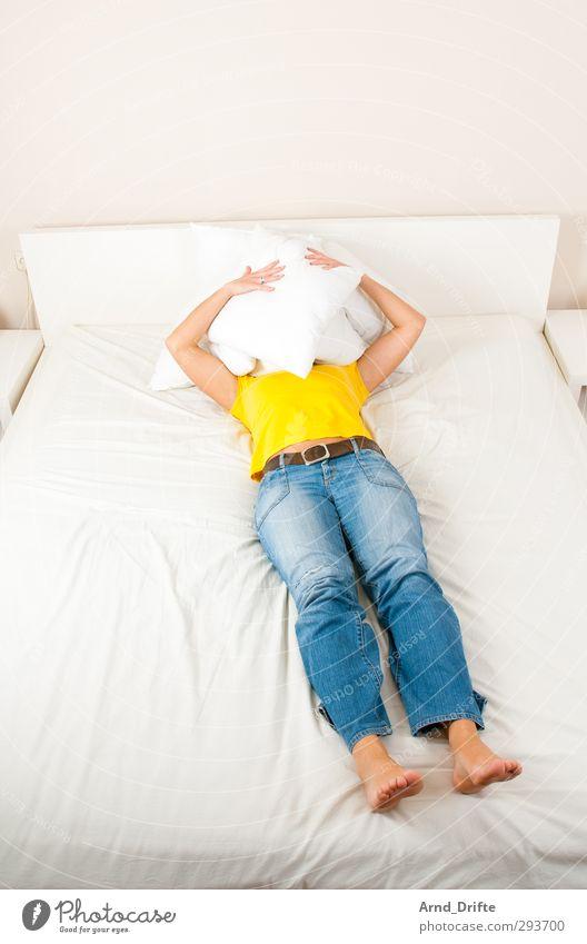 Blau/gelb IV Mensch feminin Junge Frau Jugendliche Erwachsene Körper 1 30-45 Jahre T-Shirt Jeanshose liegen lustig verrückt blau Kissen verstecken Freude