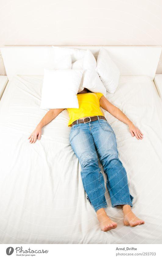 Blau/gelb V Mensch feminin Junge Frau Jugendliche Erwachsene Körper 1 30-45 Jahre T-Shirt Jeanshose krabbeln lustig verrückt blau Begeisterung Freude Bett