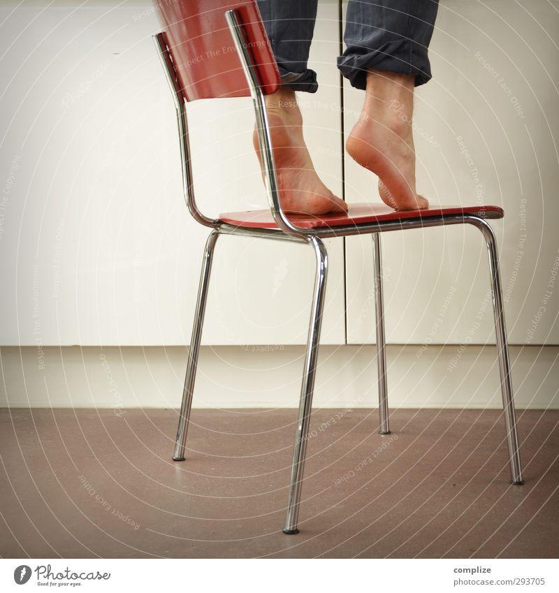 runterholen Ernährung Design sportlich Häusliches Leben Wohnung Möbel Stuhl Küche stehen rot geduldig anstrengen Erfolg Kindheit Kreativität Sicherheit skurril