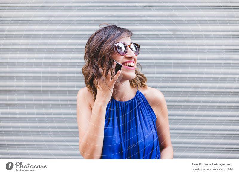 junge schöne Frau, die auf ihrem Handy spricht und lächelt. Lifestyle Stil Glück Gesicht Freizeit & Hobby lesen sprechen Telefon Technik & Technologie Internet