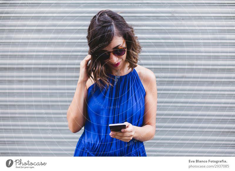 junge schöne Frau mit Handy auf der Straße Lifestyle Stil Glück Gesicht Freizeit & Hobby lesen Telefon Technik & Technologie Internet Mensch feminin Junge Frau
