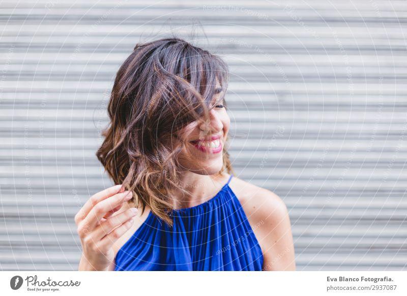 junge schöne Frau lächelnd und spielend mit Haaren Lifestyle Stil Glück ruhig Spielen Sommer Sonne Mensch feminin Junge Frau Jugendliche Erwachsene 1