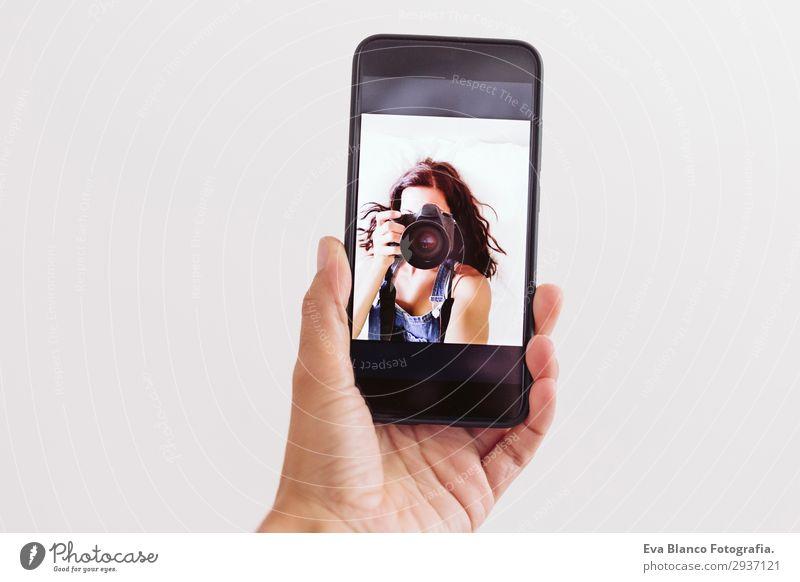 junge Frau beim Selbstporträt auf dem Handy Lifestyle Stil schön Sommer Stuhl Spiegel Telefon PDA Fotokamera Technik & Technologie Mensch feminin Junge Frau