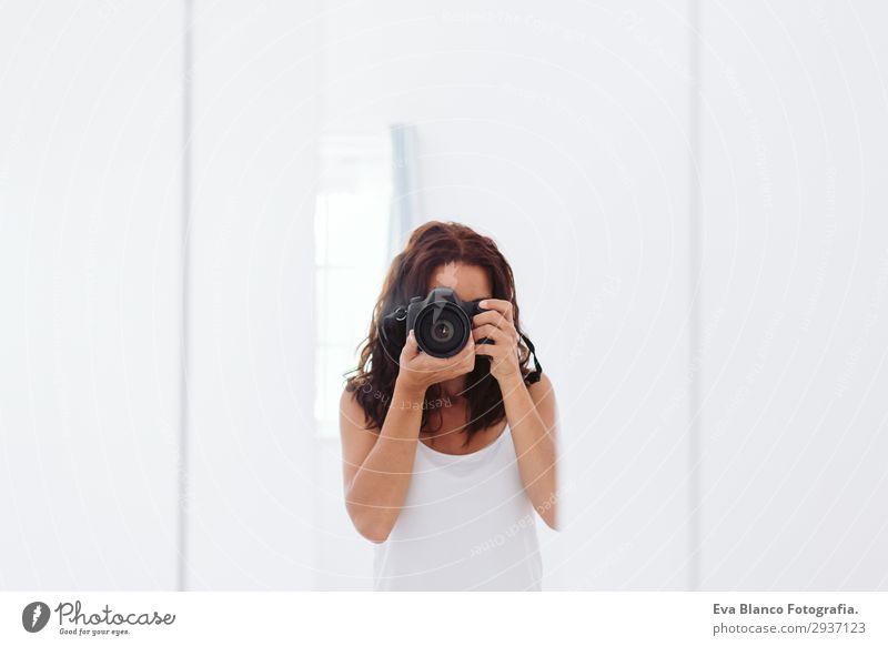 junge Frau, die ein Selbstporträt im Spiegel macht. Lifestyle Stil schön Sommer Stuhl Telefon Fotokamera Mensch feminin Junge Frau Jugendliche Erwachsene Körper