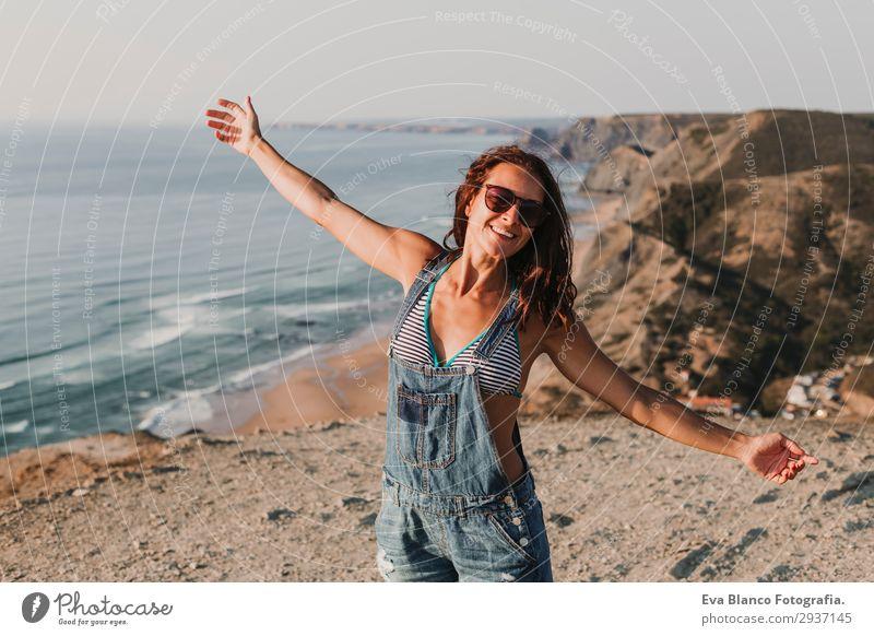 Porträt einer schönen, glücklichen jungen Frau im Freien Lifestyle Glück Ferien & Urlaub & Reisen Tourismus Abenteuer Freiheit Sommer Sonne Strand Meer