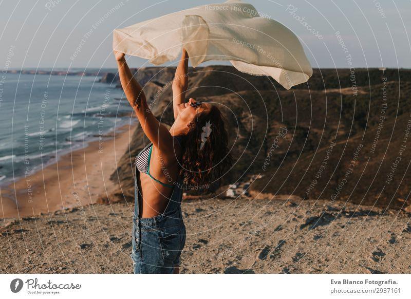 Porträt einer schönen, glücklichen jungen Frau im Freien Lifestyle Glück Spielen Ferien & Urlaub & Reisen Tourismus Abenteuer Freiheit Sommer Sonne Strand Meer