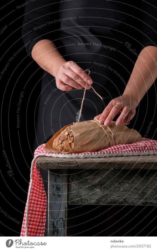Frau Mensch Jugendliche Hand dunkel schwarz 18-30 Jahre Essen Erwachsene Holz braun Ernährung frisch Tisch Papier lecker
