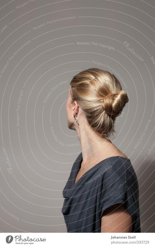 Gegen die Wand feminin Junge Frau Jugendliche Kopf Haare & Frisuren 1 Mensch 18-30 Jahre Erwachsene Schmuck Ohrringe blond langhaarig schön blau grau Sehnsucht