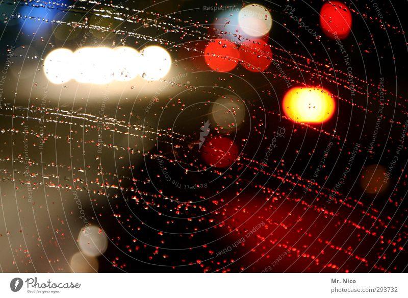driving towards the daylight rot Autofenster Regen leuchten Stadtleben Wassertropfen Mobilität Fahrzeug Autofahren Ampel Straßenverkehr schlechtes Wetter diffus