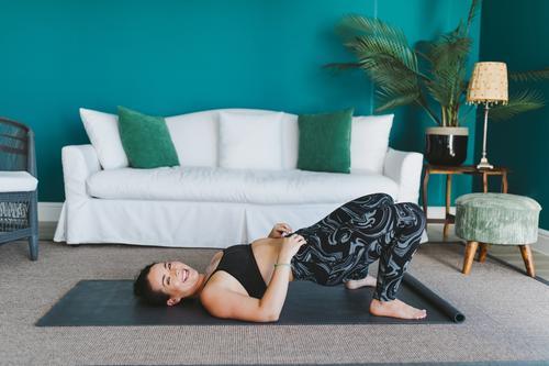 glückliche junge Frau, die Yoga auf einer Fitnessmatte zu Hause praktiziert. Lifestyle Freude Glück schön Körper Gesicht Leben Wohnzimmer Sport Mensch