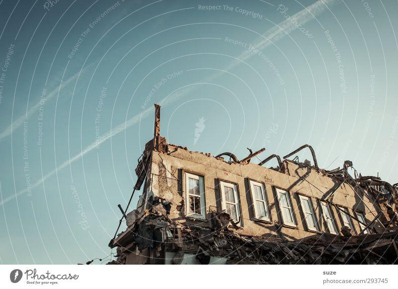 Widerstand Haus Umwelt Himmel Wolkenloser Himmel Schönes Wetter Ruine Gebäude Architektur Mauer Wand Fassade Fenster Stein stehen alt außergewöhnlich einfach