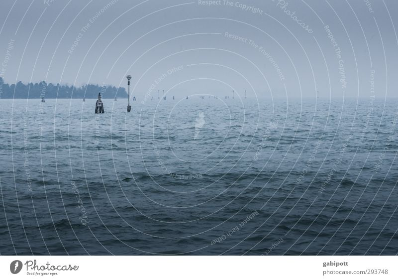 endlos trüb blau Meer dunkel kalt Wetter Wellen Wind Nebel trist Unendlichkeit Bucht Wasseroberfläche Venedig schlechtes Wetter trüb ungemütlich