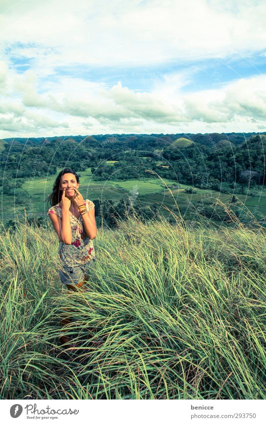 keep on smiling lachen Lächeln Freude Frau Mensch Natur Wiese Himmel Wind Porträt Kaukasier weiß Europäer Kleid Sommer Humor Gras Hügel Philippinen