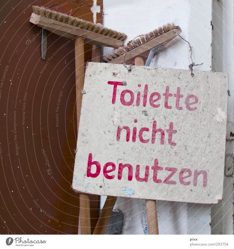 gut zu wissen alt rot Senior Holz braun Arbeit & Erwerbstätigkeit Raum dreckig Armut Ordnung Schilder & Markierungen Schriftzeichen kaputt Hinweisschild