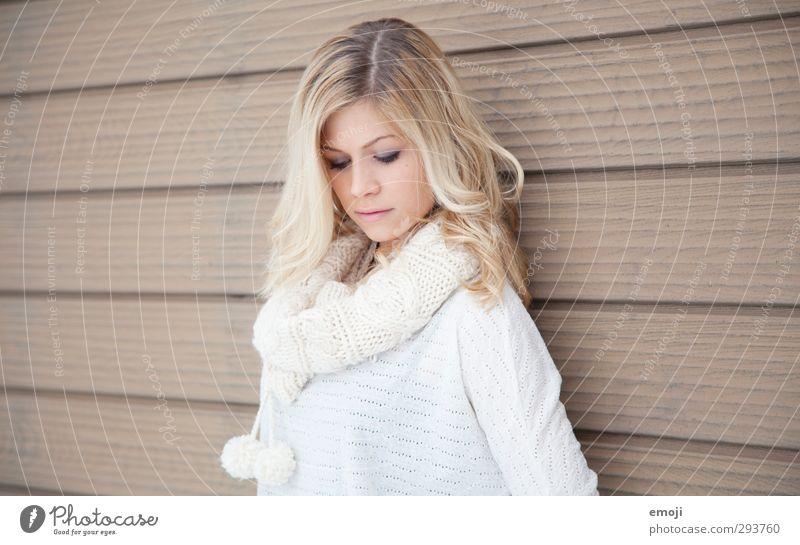 . feminin Junge Frau Jugendliche 1 Mensch 18-30 Jahre Erwachsene blond schön Farbfoto Gedeckte Farben Außenaufnahme Textfreiraum links Textfreiraum rechts