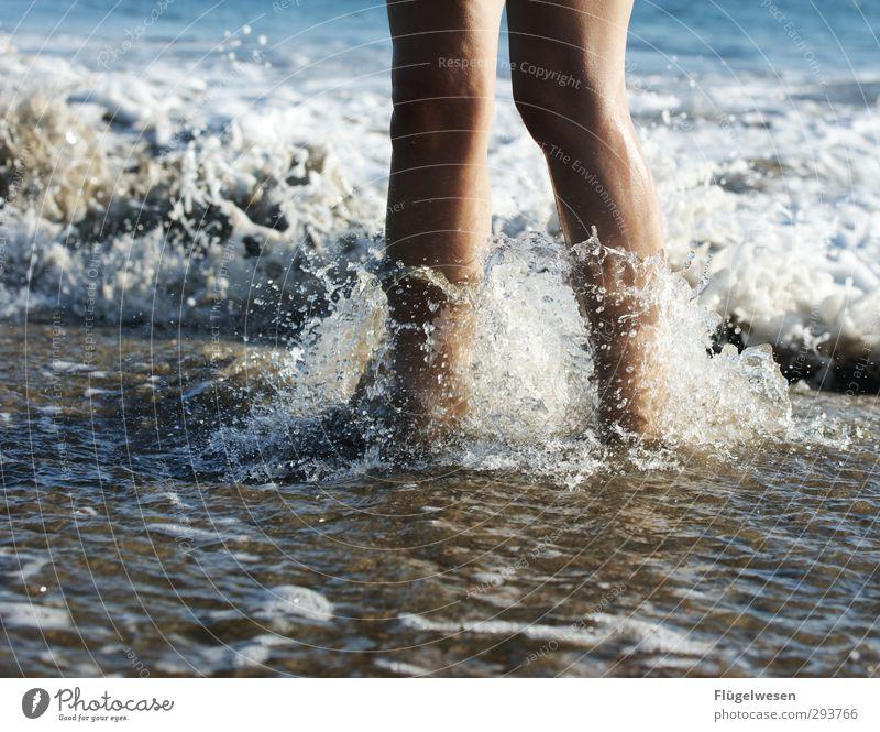 Minitsunami Mensch Wasser Sommer Sonne Meer Strand Küste Schwimmen & Baden Fuß Wellen Insel nass Wassertropfen Seeufer Schwimmbad Sonnenbad