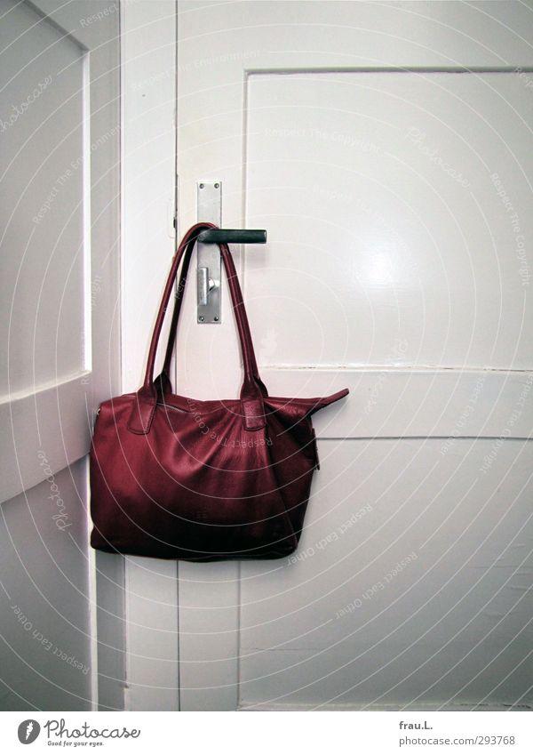 Tasche alt modern feminin rot weiß Fröhlichkeit Ordnungsliebe Reinlichkeit Sauberkeit Mode Tür Toilette Leder Farbfoto Blitzlichtaufnahme