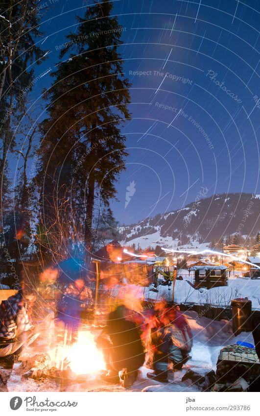 wärmendes Feuer Leben Ausflug Winter Schnee Berge u. Gebirge Nachtleben Feste & Feiern Mensch Menschengruppe Natur Luft Nachthimmel Stern Schönes Wetter