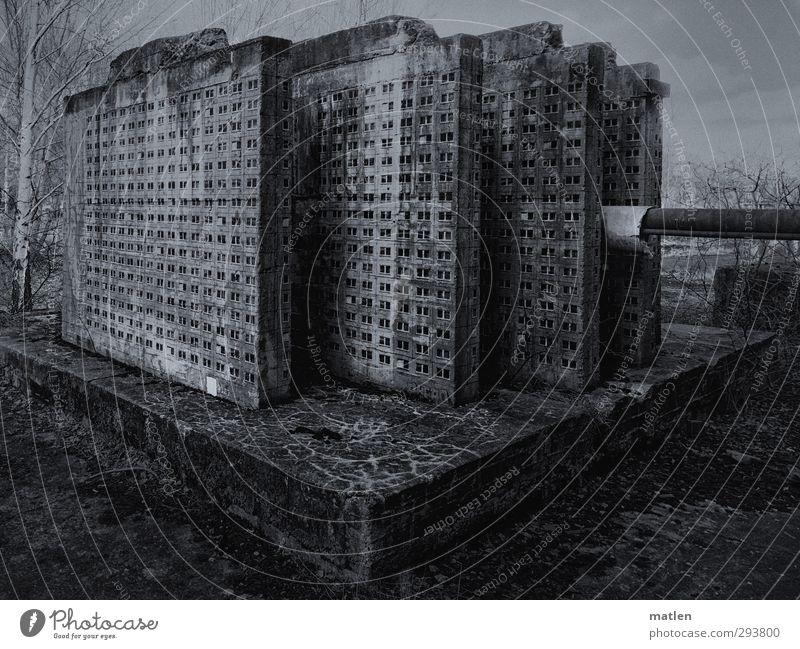 Platten.bauten Menschenleer Hochhaus Industrieanlage Bauwerk Mauer Wand Fenster schwarz weiß Plattenbau Sockel Heizungsrohr Fensterfront parallel